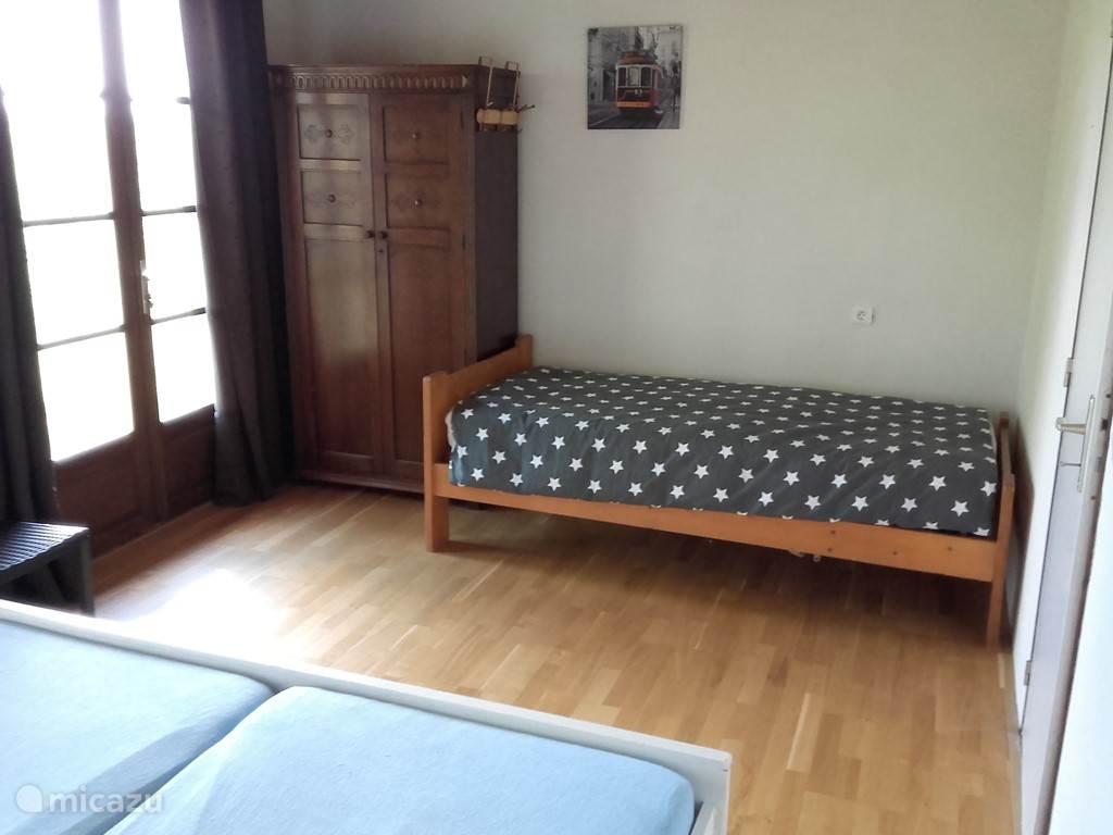 Slaapkamer 1 met 1 persoons en 2 persoons bed.