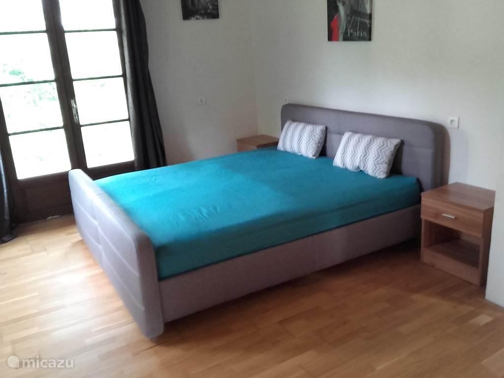 Slaapkamer 2 is ruim en er staat een tweepersoons bed met 2 matrassen van 90cmx200cm
