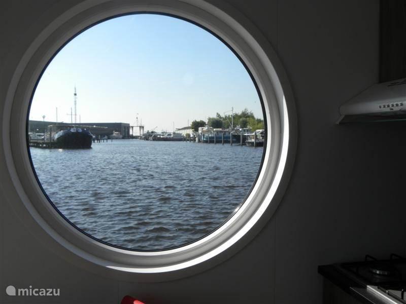 Kijkje in de haven vanuit de Aquacabin