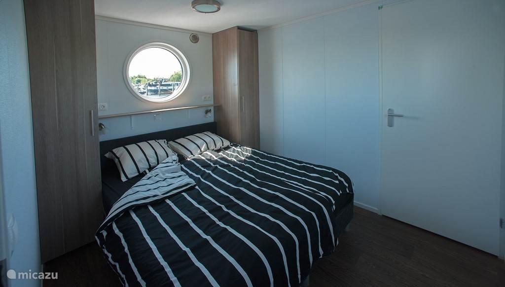 De slaapkamer met een 2 persoons bed