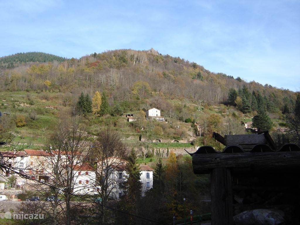 Het huis in de verte, boven het dorp