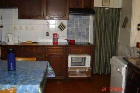Uw keuken, met keramische 4-pits kookplaat en oven