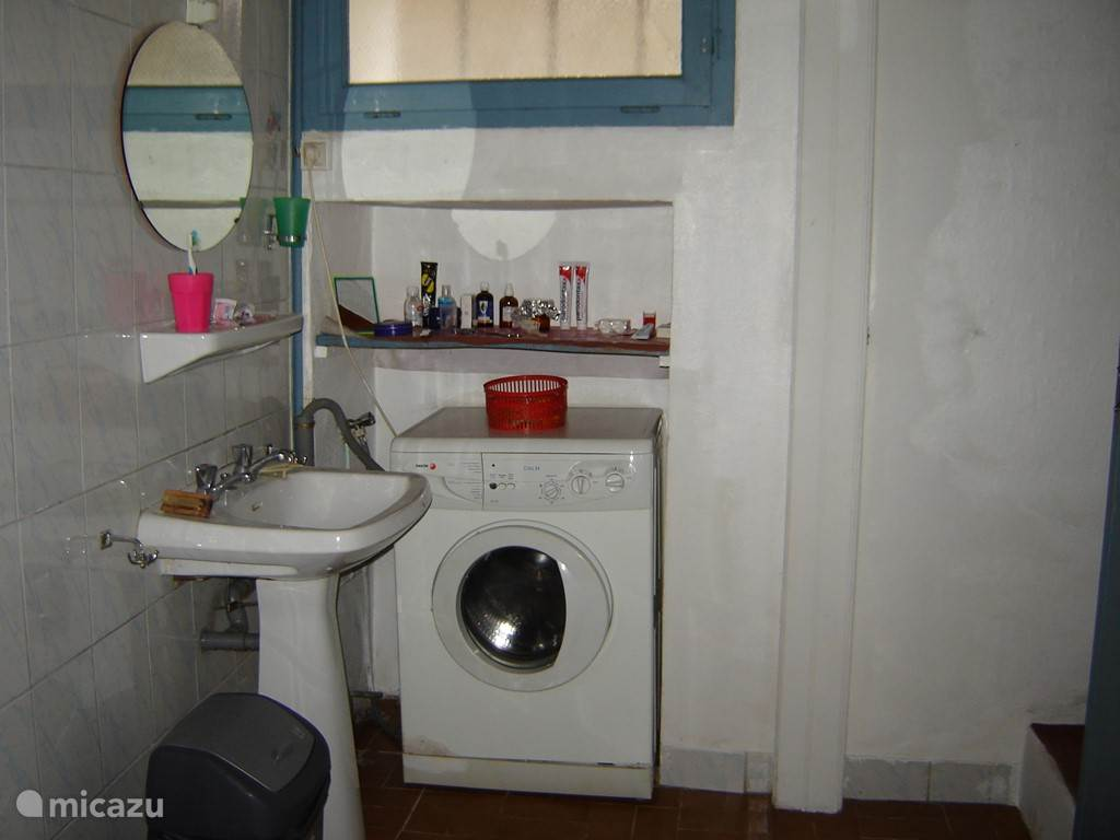 Uw badkamer met wasbak en wasmachine