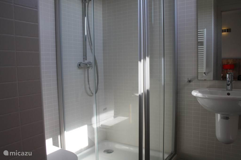 Beide kamers boven hebben een eigen badkamer