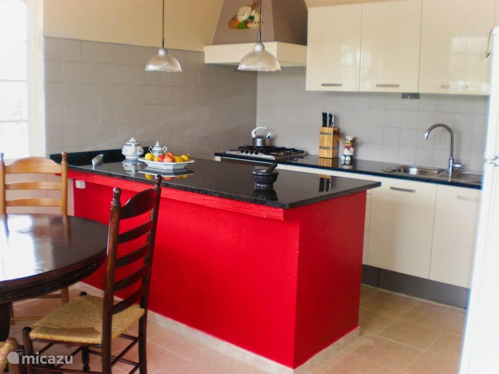 De keuken is voorzien van alle gemakken.