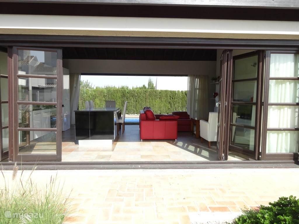 Ook aan de voorzijde van het huis kan alles open