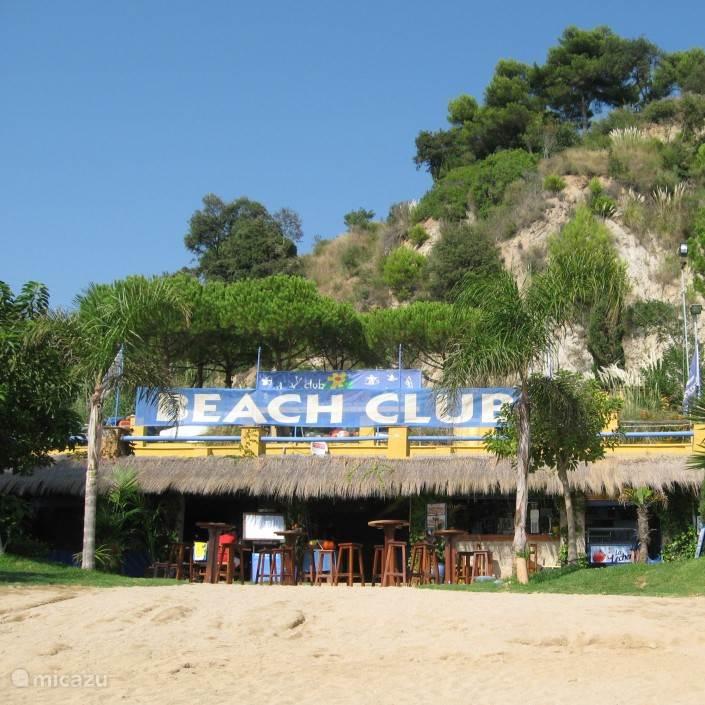 De beachclub bij het privestrand met heerlijke drankjes en spaanse muziek