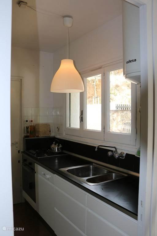 Keuken in het bovenhuis, voorzien van moderne apparatuur en een bqq op het terras