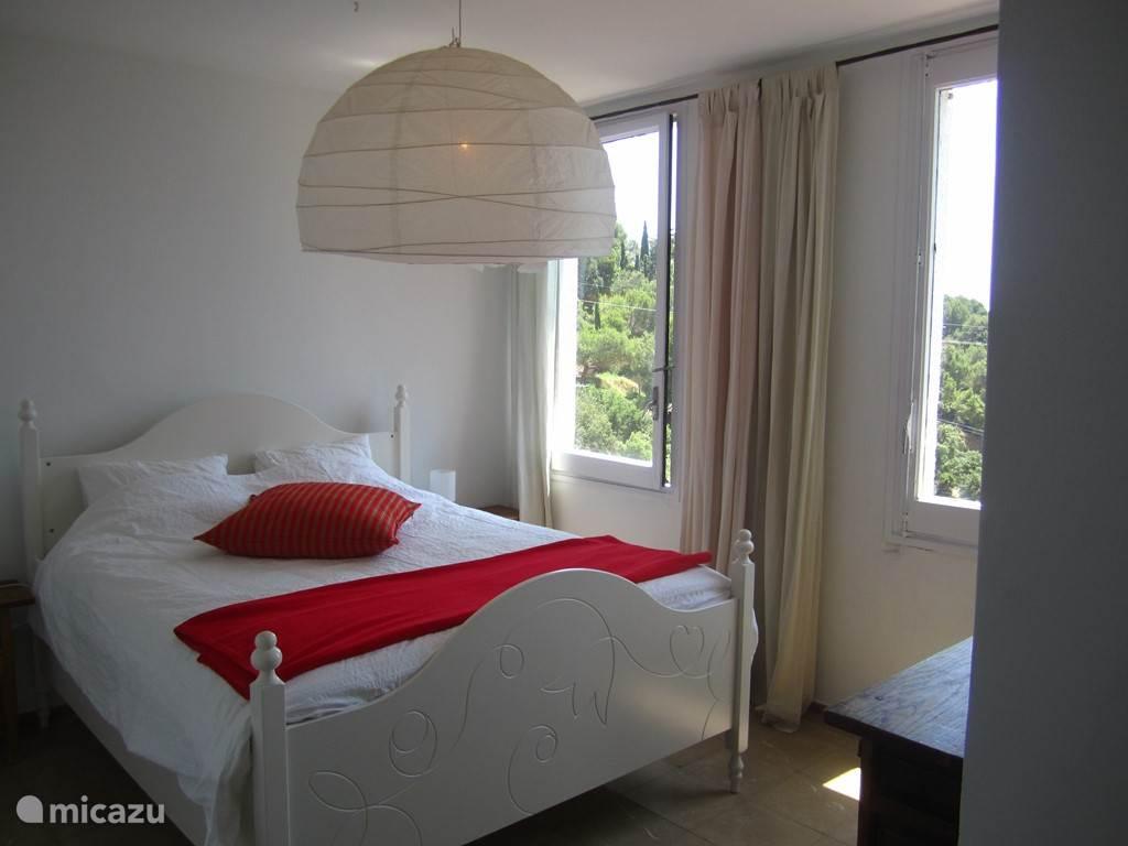 Slaapkamer met zeezicht in het bovenhuis.