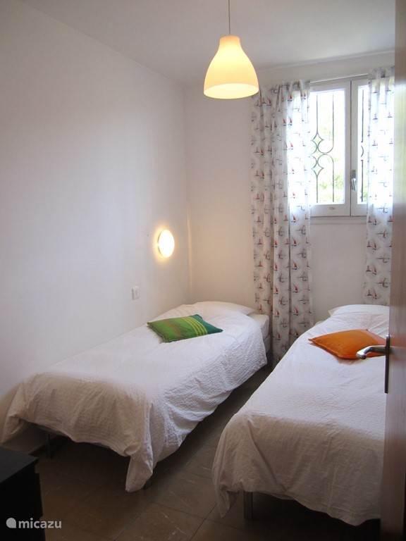 Slaapkamer voor 2 personen in het bovenhuis.