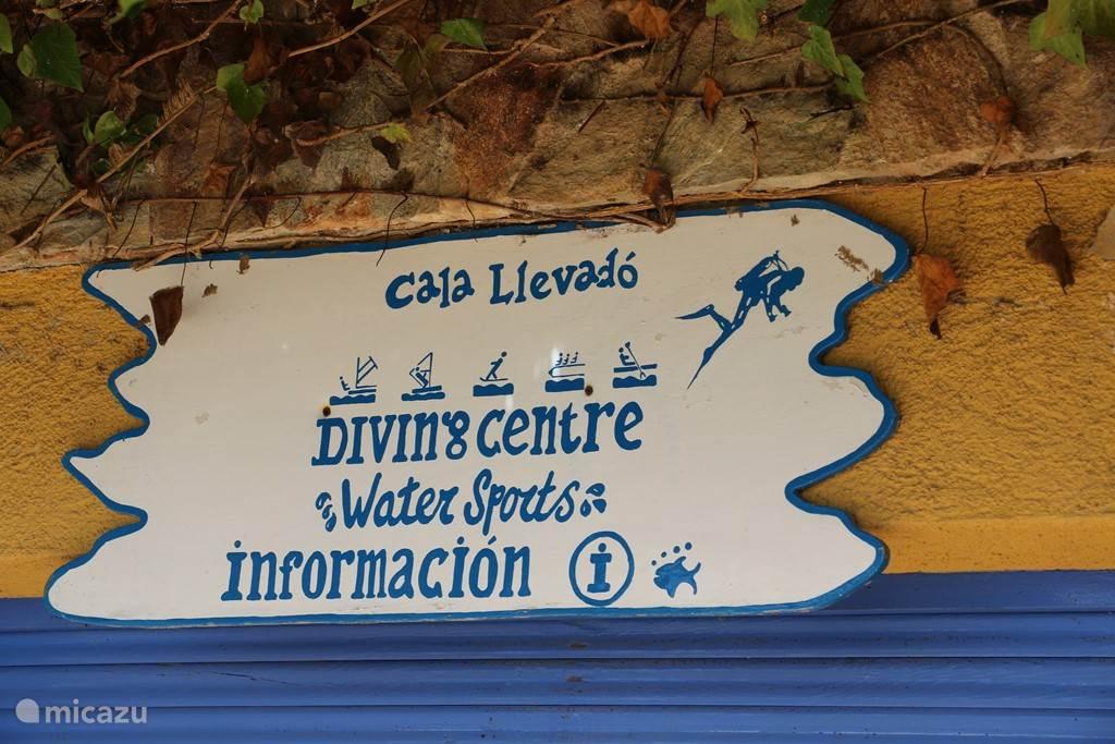Op het privestrand is ook een duikschool gevestigd. Je kan duiklessen nemen om je PADI te halen of een duik boeken.