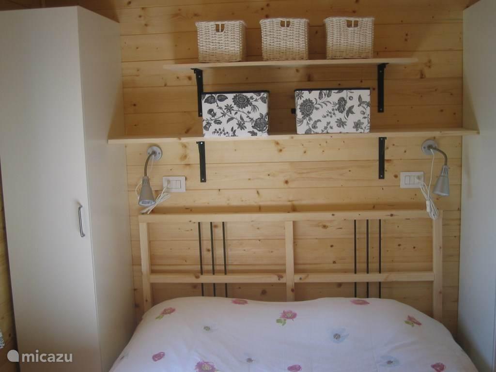 De hoofdslaapkamer met 2 kasten, legplanken en fatsoenlijke matrassen!