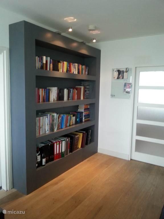 De boekenkast gevuld met leesboeken