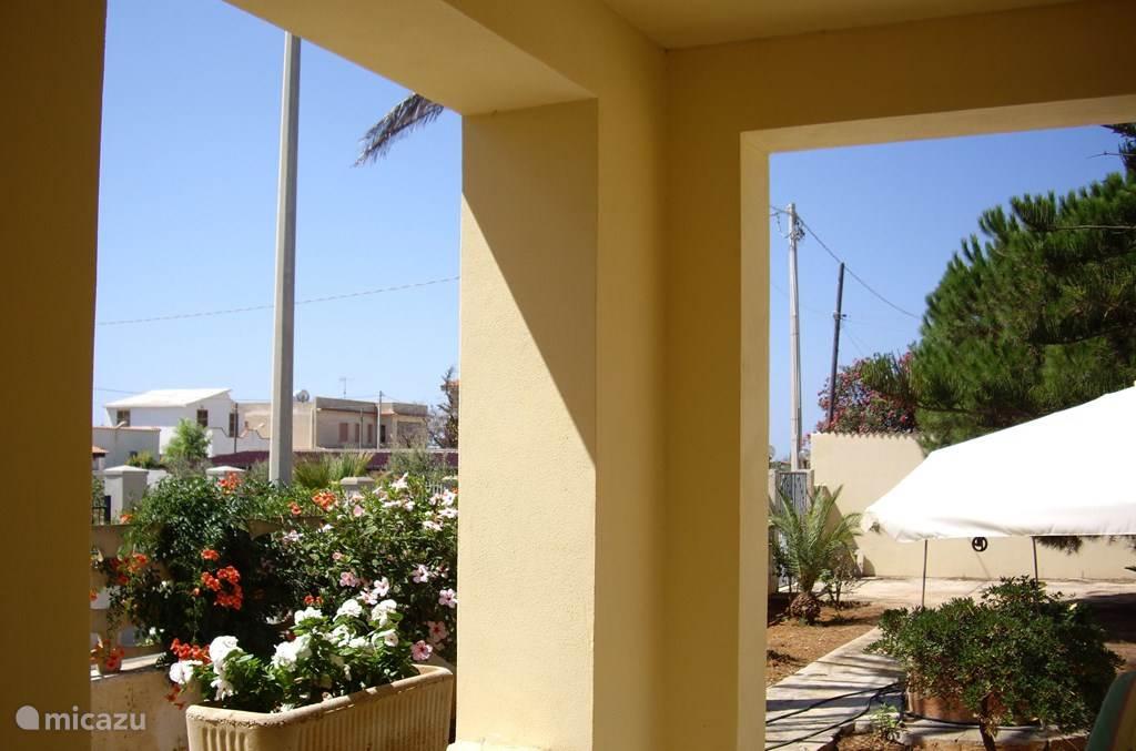 De veranda biedt een heerlijk uitzicht, beschut voor de zon en gelegenheid voor een aparitief of een Italiaans biertje