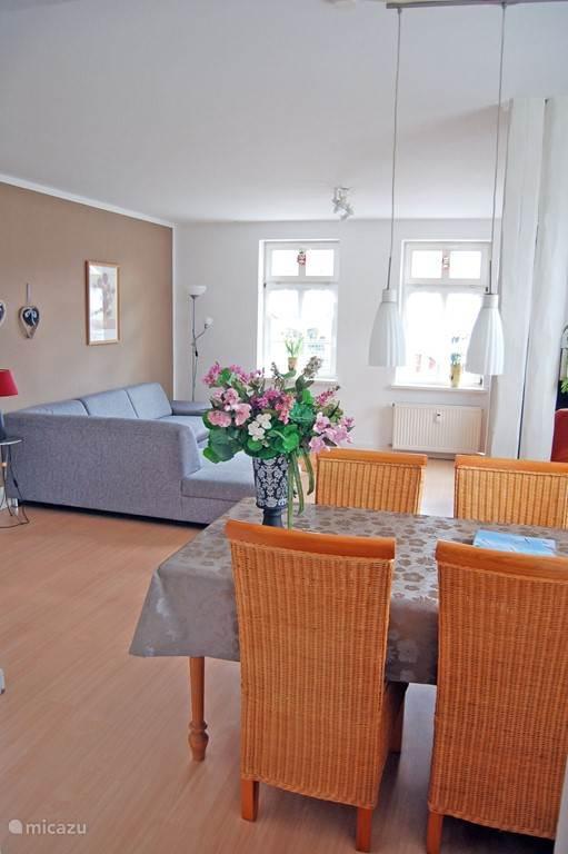 Ruime woonkamer met moderne inrichting en veel ramen
