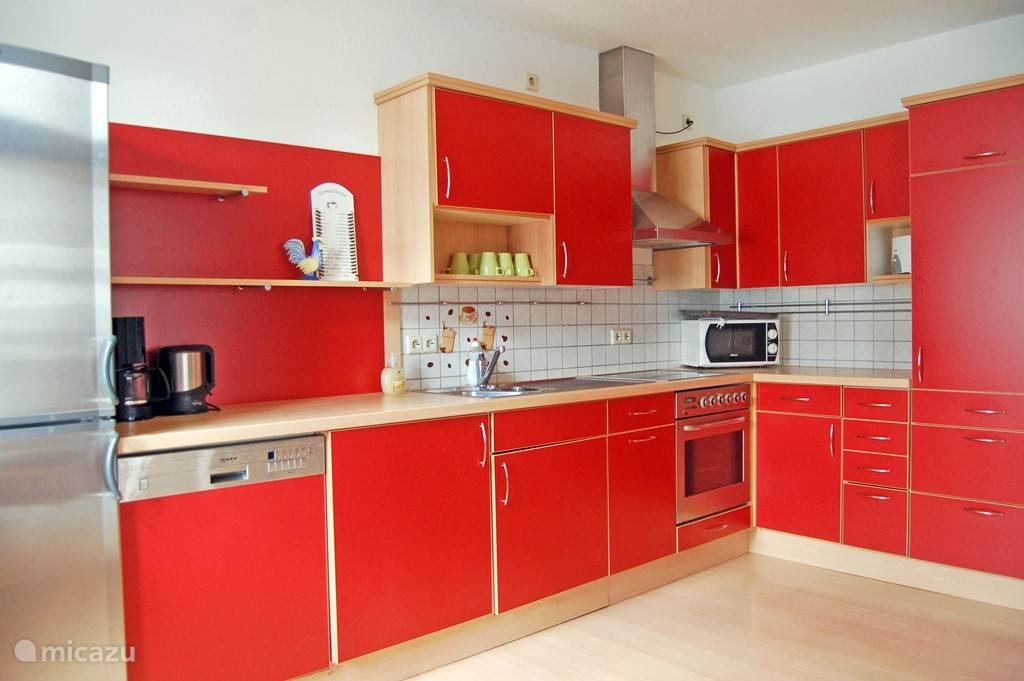 Ruime keuken met alle gebruikelijke keukenapparatuur