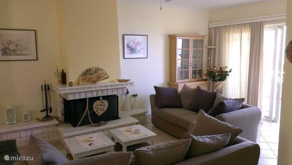 Een ruime en gezellige woonkamer met open haard