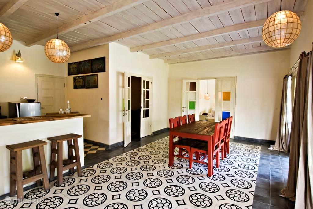 Gold villa: ruime woonkamer