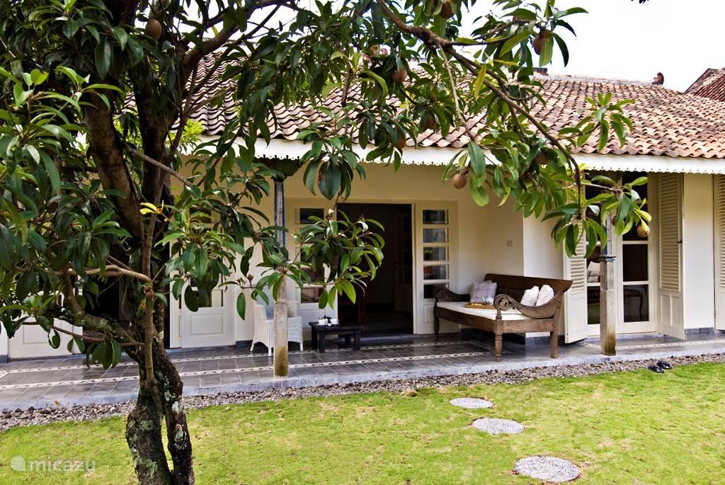 Gold villa - tropische tuin met terras