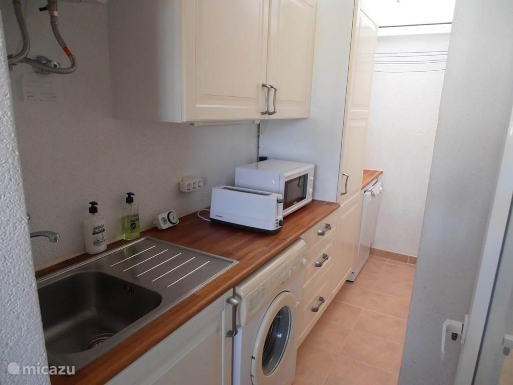 Bij keuken, met wasmachine en vaatwasser.