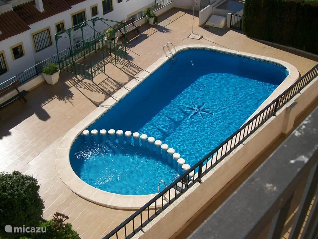zwembad vanaf ons balkon