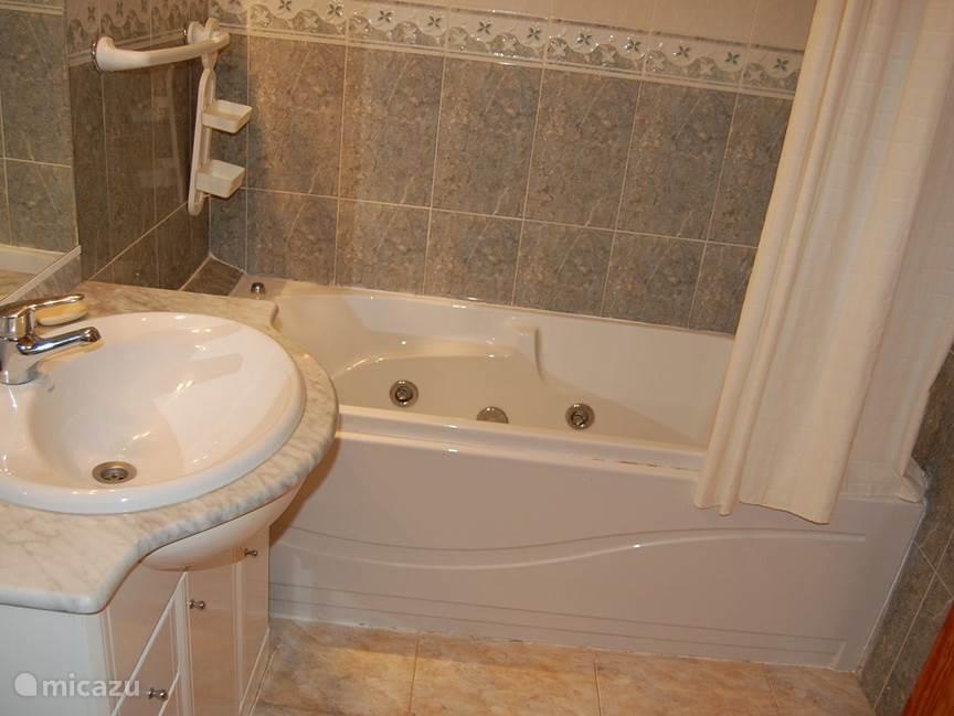2de  ruime badkamer met worlpool bad, wastafel wc, en bidet