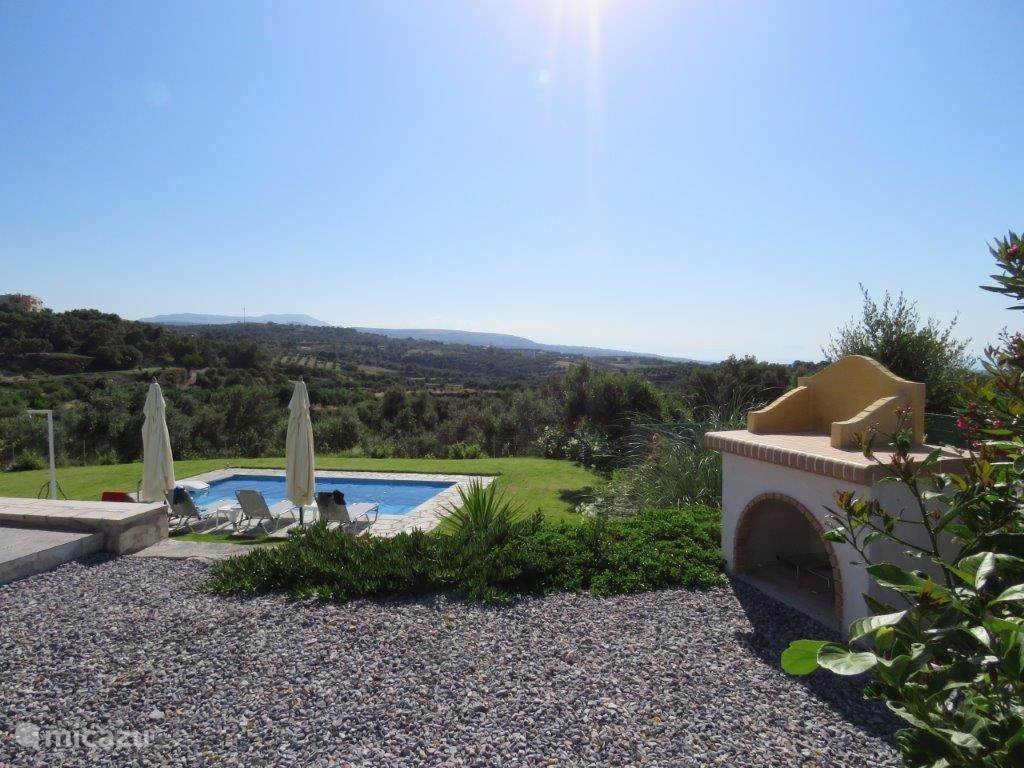 1000m2 private garden with sun terrace, swimming pool, BBQ, ...