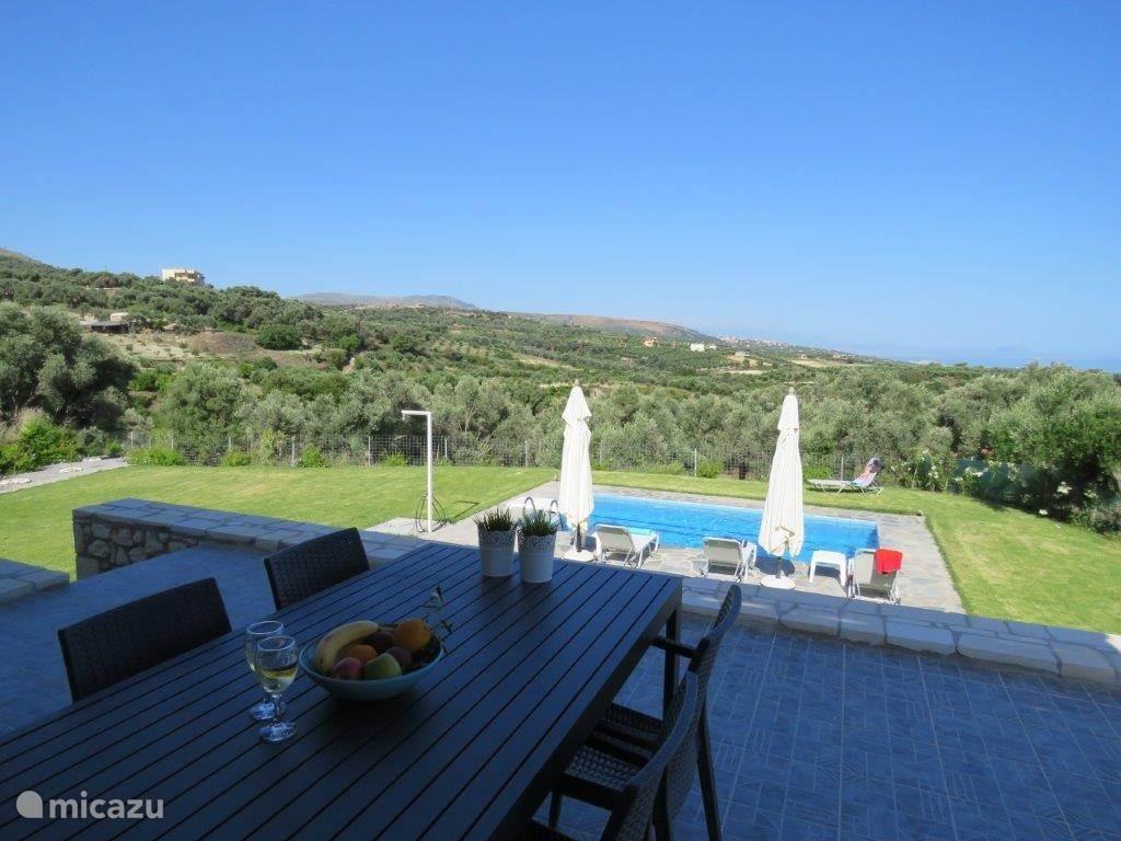 Ontbijten op het terras met zicht op zee en bergen