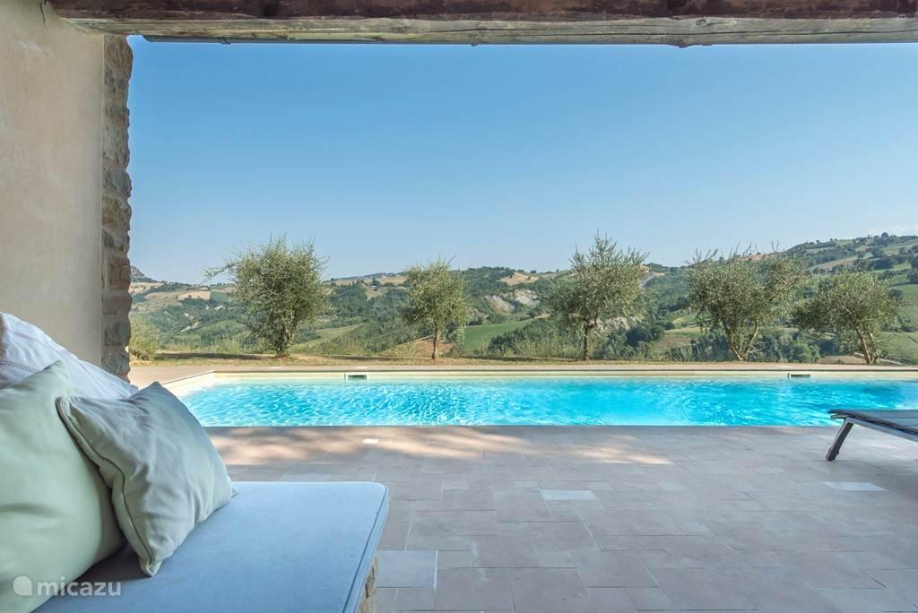 Uitzicht vanuit het pool house met lounge banken, voor een heerlijke siesta of een lange zwoele avond