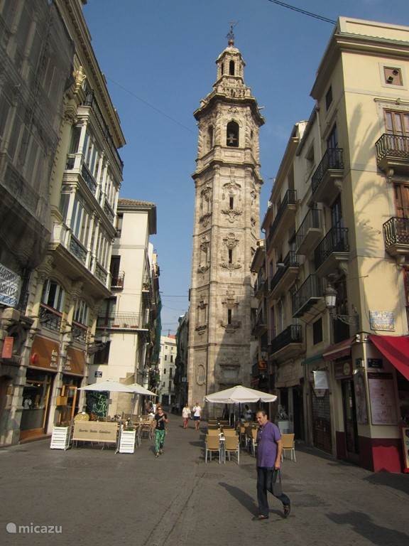 De toren van de Santa Catalina kerk.