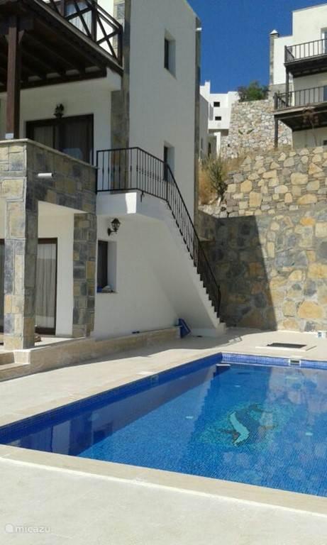 Nogmaals het zwembad met de opgang waarde eerste etage.