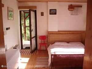 De slaapkamer boven; met toegang tot de veranda