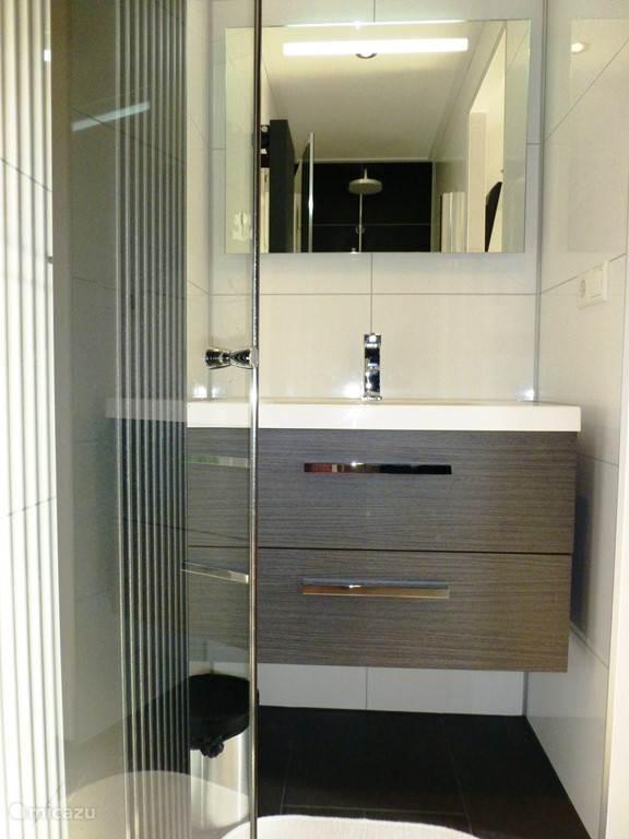 De villa is voorzien van  badkamers met wastafel en douche