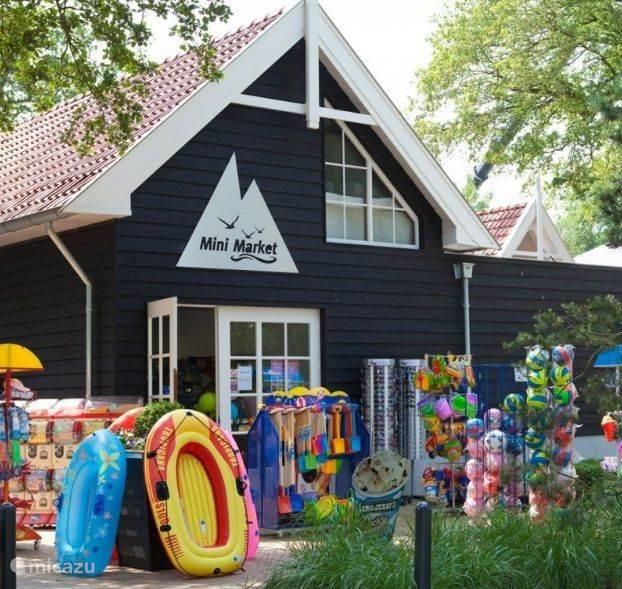 Tijdens vakanties en in de weekenden is de parkshop geopend voor o.a. verse broodjes en alle directe benodigdheden.