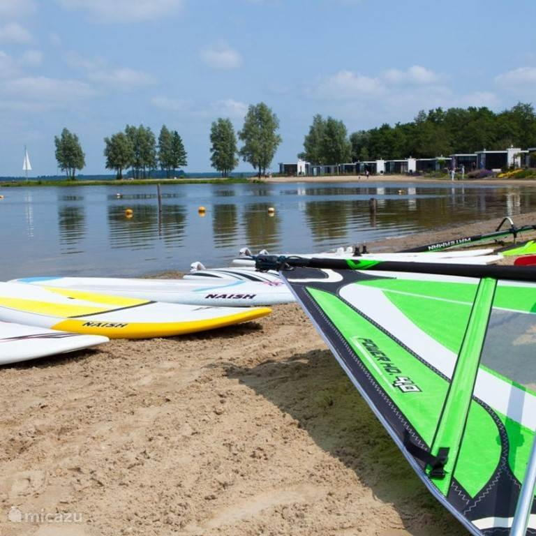 Op het vakantiepark: Surfschool Windy Waters vol waterpret!