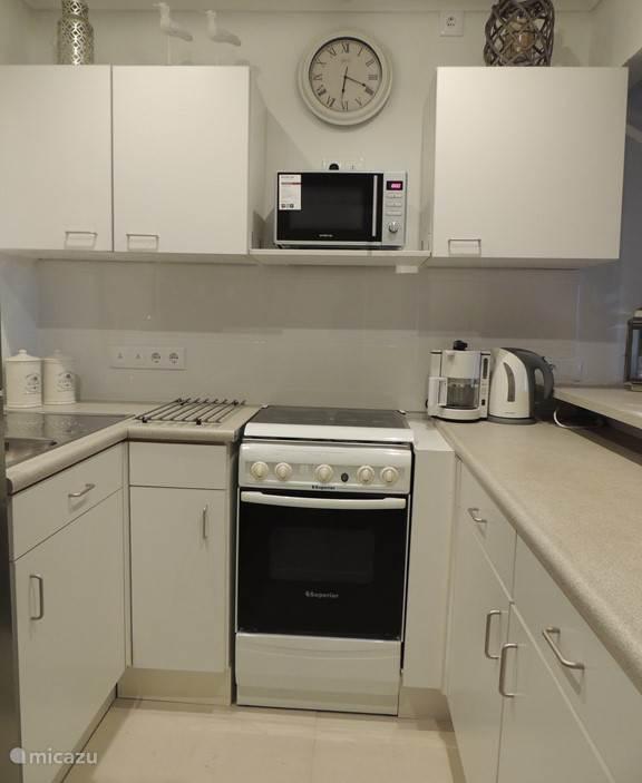 Volledig ingerichte keuken voorzien van de de nodige keukenapparatuur en voldoende keukenlinnen en overige keukengerei. Warm water en 110/220 Volt aansluiting.