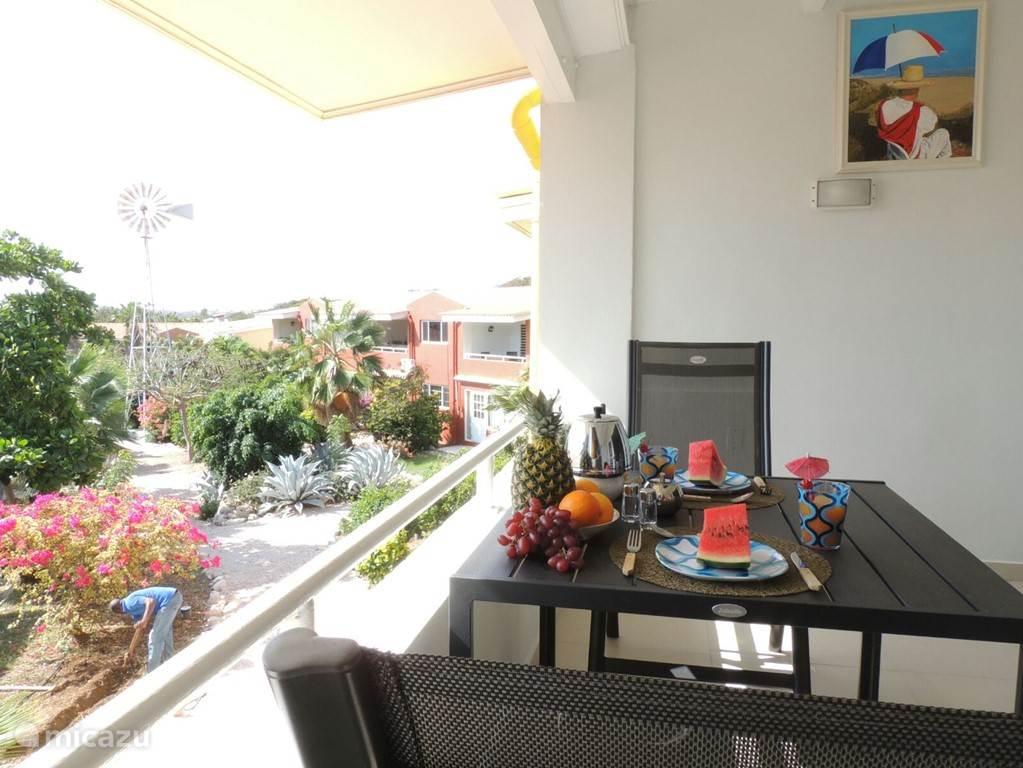 Heerlijk eten op het balkon, terwijl u uitkijkt op de binnentuin. De hele dag waait hier een koel briesje.