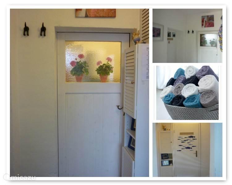 Het halletje beneden met toegang tot de slaapkamer, badkamer en berghok.