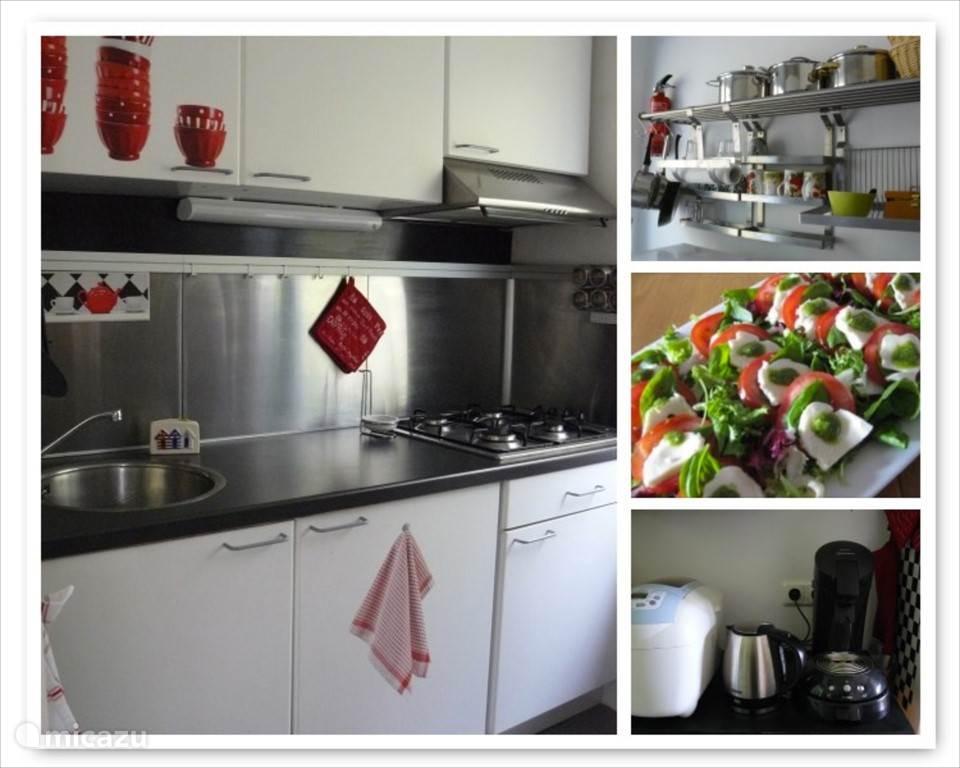 De keuken, klein maar compleet met combi-ovenmagnetron, Senseo, waterkoker, broodrooster, gasstel, koelkast en allerlei handige keukenhulpjes!