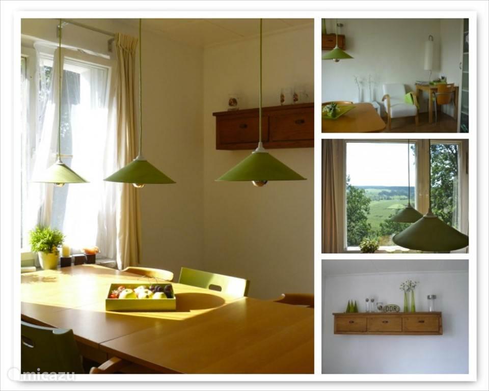 De eetkamer met uitzicht (heerlijk dalstaren bij het ontbijt), een spellenkast, een leeshoek met veel informatie over de omgeving.