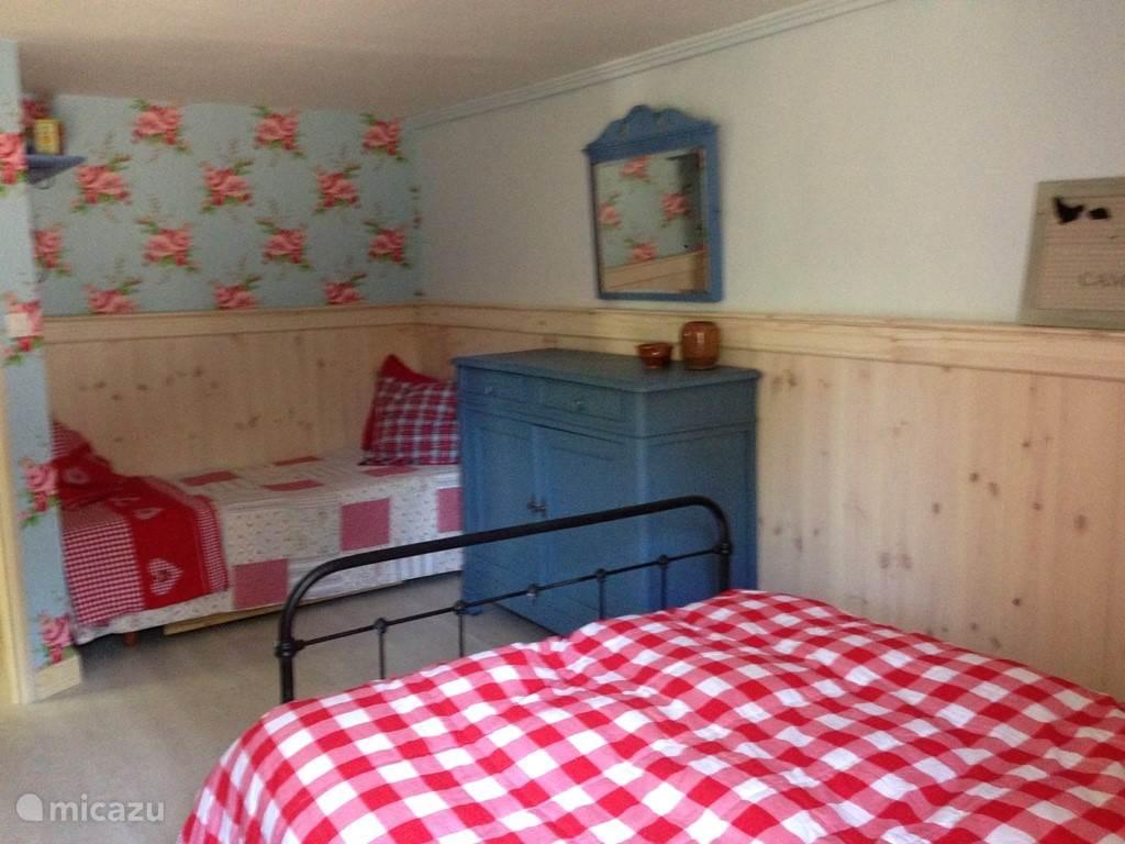 slaapkamer van de kleine gite met 2 en 1 persoons bed