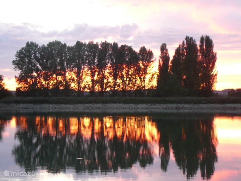 Het meer direct achter onze tuin met schitterende zons ondergangen