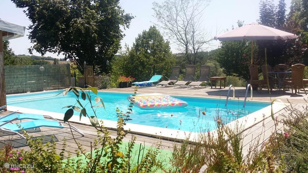 zwembad met groot zonneterras