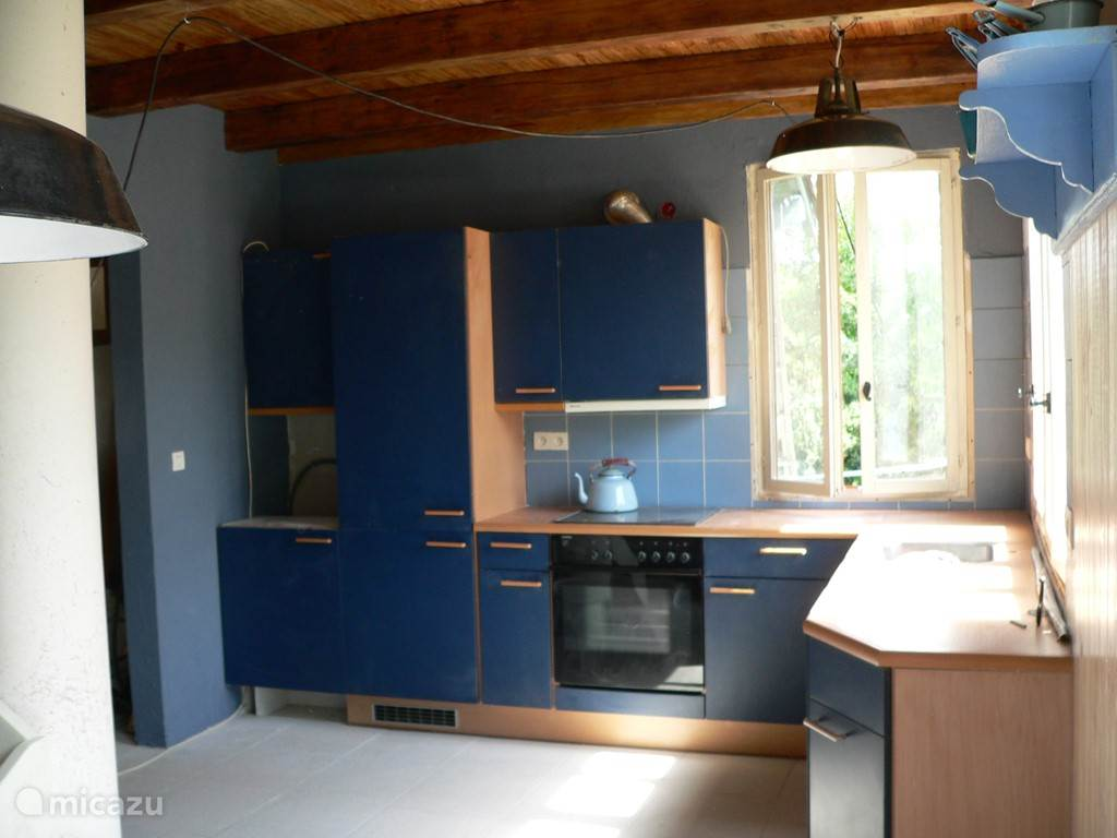 Keuken met ijskast en vriezer, vaatwasser, en oven