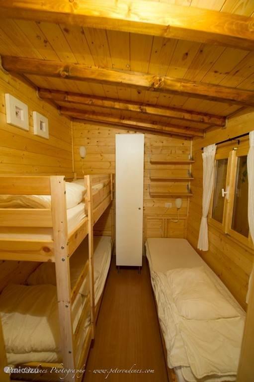 De tweede slaapkamer met 3 slaapplaatsen en kledingkast.