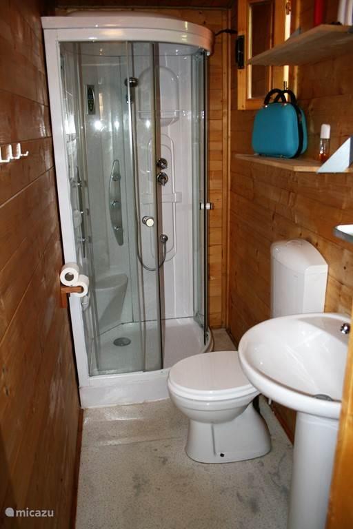 Badkamer met heerlijke douchecabine.