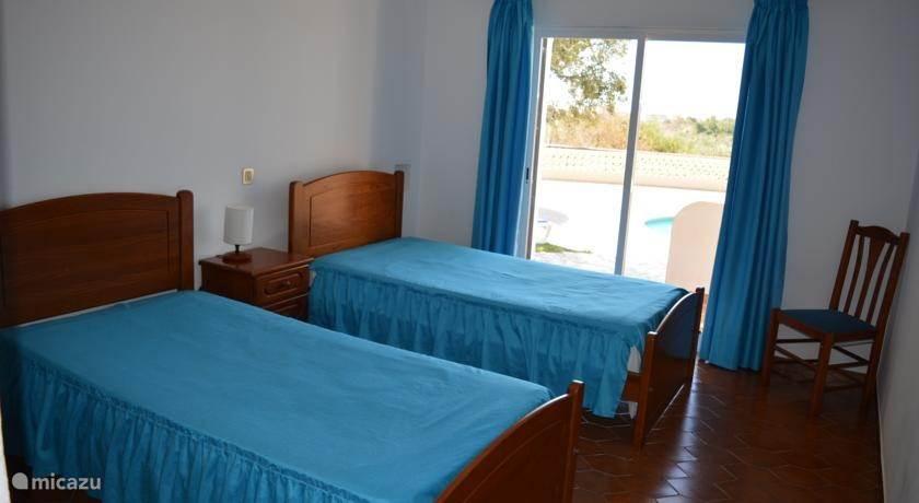 slaapkamer met 2 enkele bedden