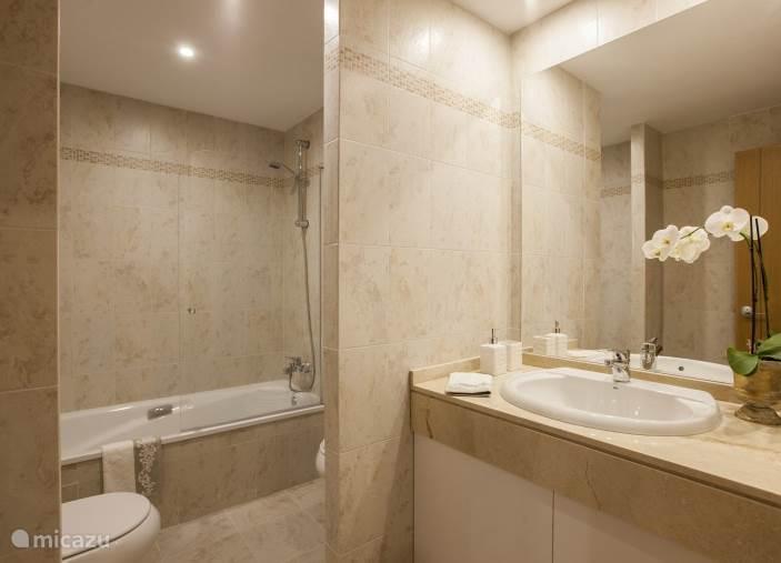 Het appartment beschikt over twee badkamers