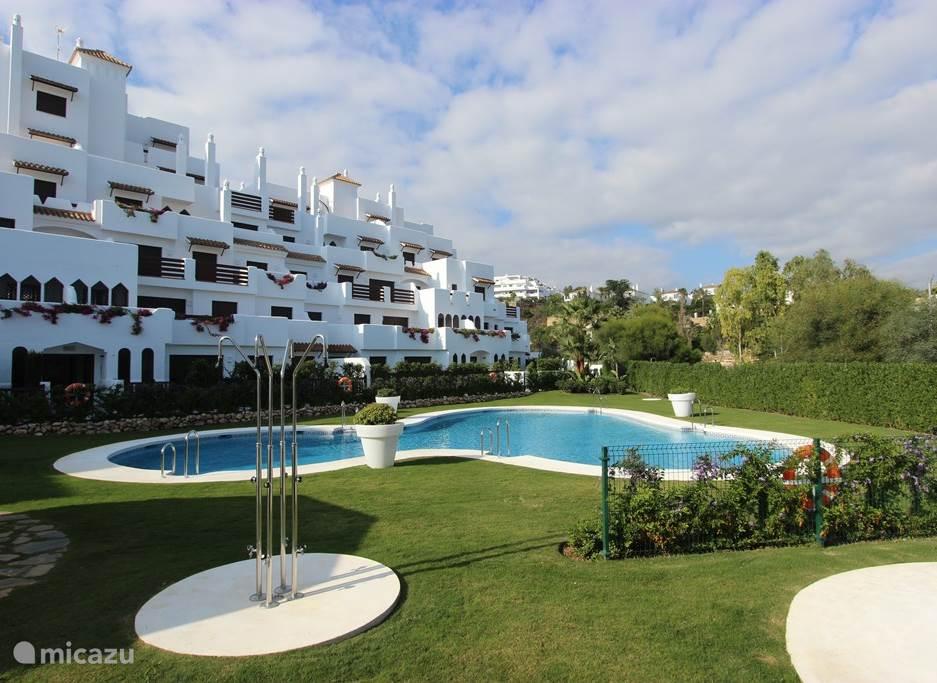 La Resina ligt in mooi aangelegde tuinen met palmen en bloeiende planten.