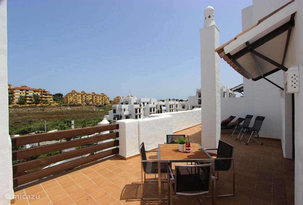 Royaal terras van bijna 50 m2 met zon en schaduw.